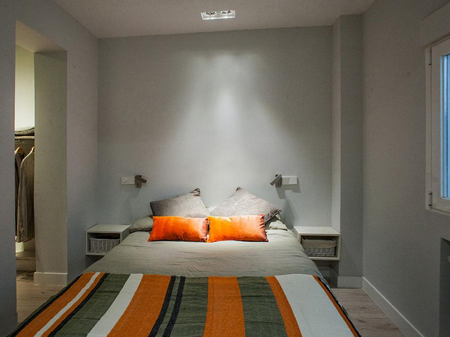 Dormitorio con paredes en gris