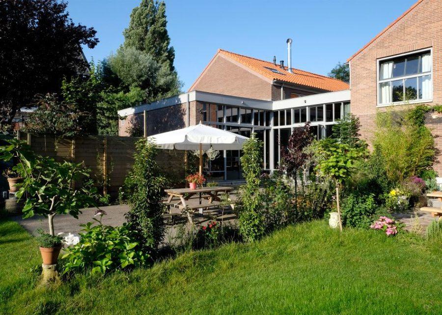 Vivienda con jardín y patio