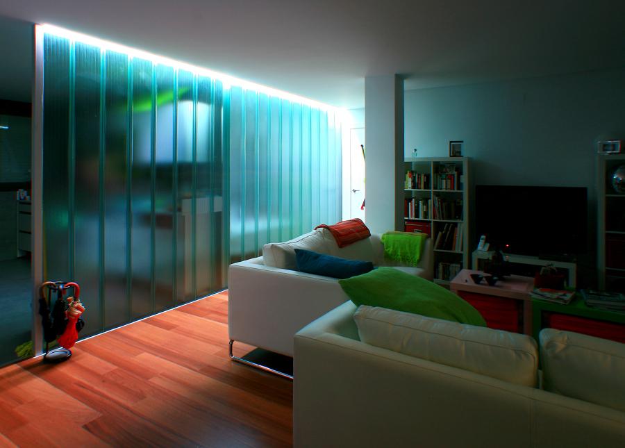 Vivienda iluminada a través del plano de vidrio translúcido