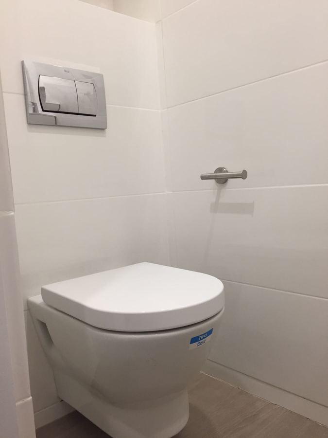WC ROCA suspendido