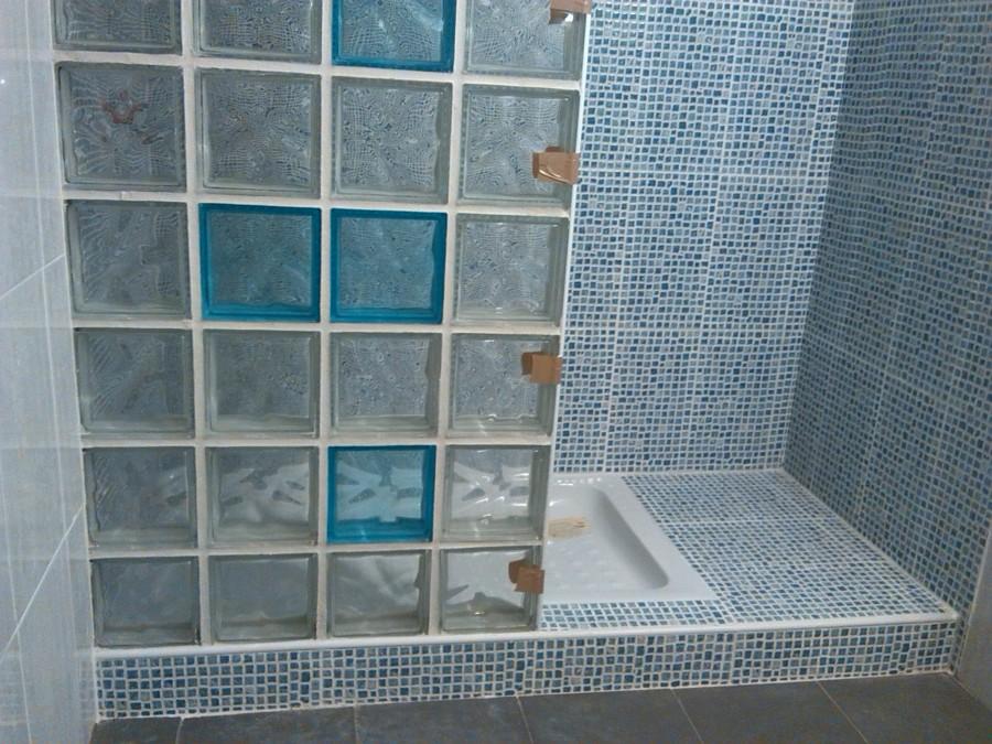 Ba o zona ducha con grada y mampara en paves ideas - Baldosas gresite para banos ...