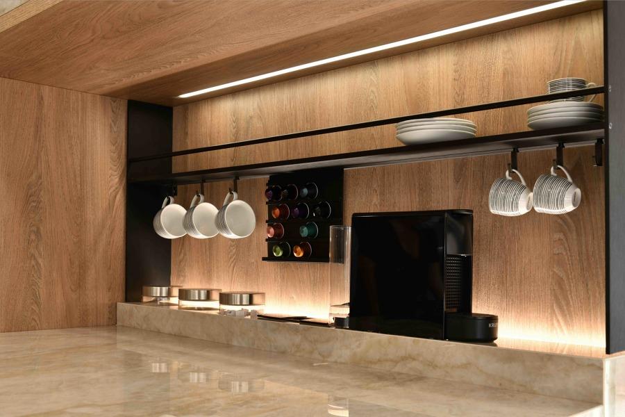 Zona café realizada en material laminado color madera