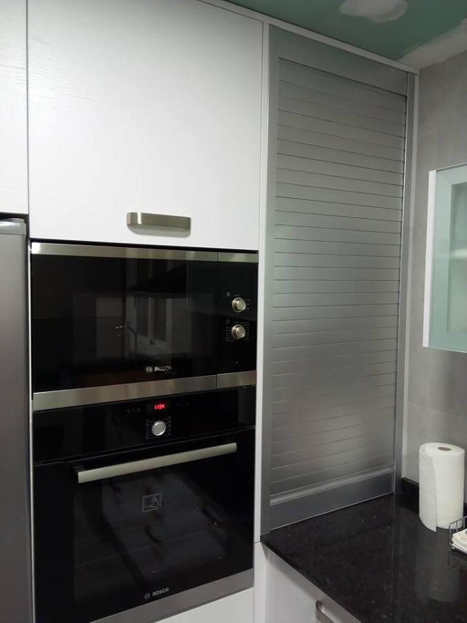 Foto zona de columna horno microondas y zona de peque os for Medidas de hornos pequenos