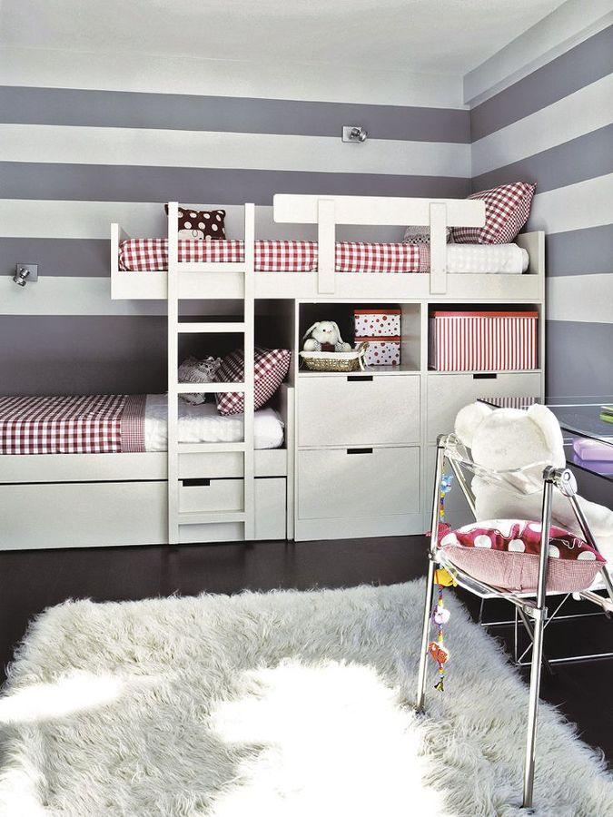 Zona de descanso con pared a rayas
