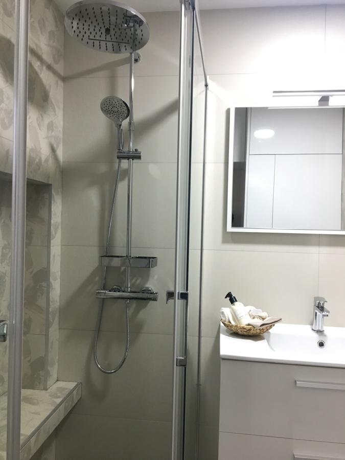 Zona de ducha con bancada
