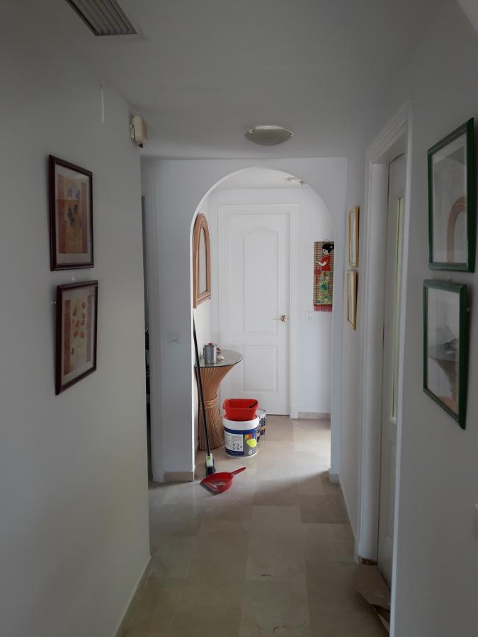 Zona de entrada restaurada y pintada
