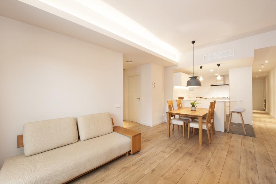 Zona de estar con la cocina abierta