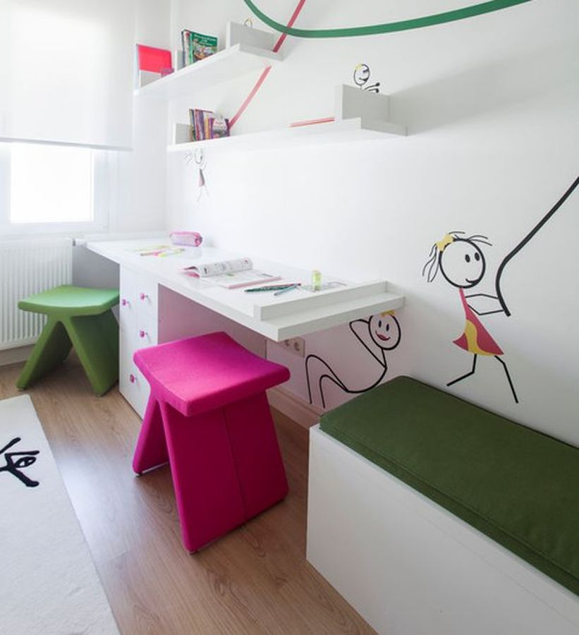 Zona de estudio con taburetes de colores