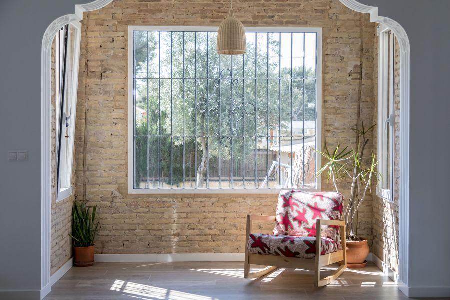Zona de lectura con gran ventanal