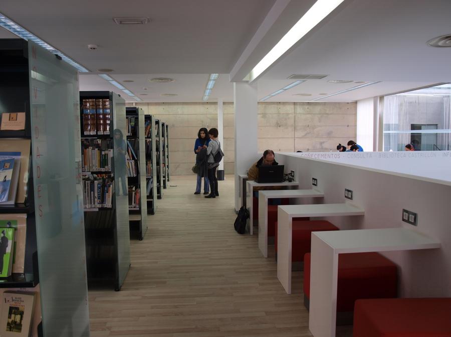 Zona de lectura con mesas individuales y colectivas