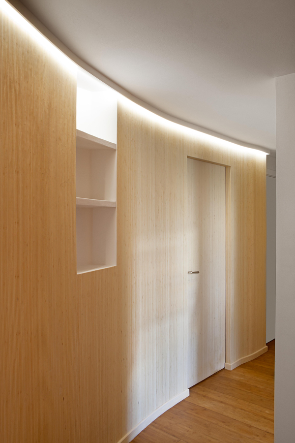 Zona de noche con paredes de madera
