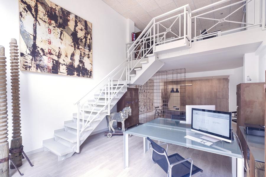 Zona de oficinas y acceso a la planta superior del loft