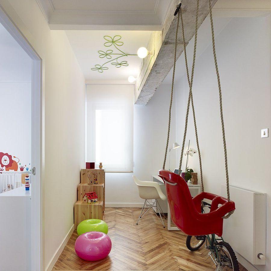 Zona de trabajo con columpio para niños