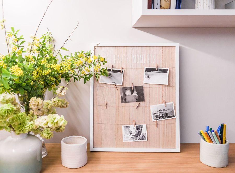 Zona de trabajo con panel y fotos