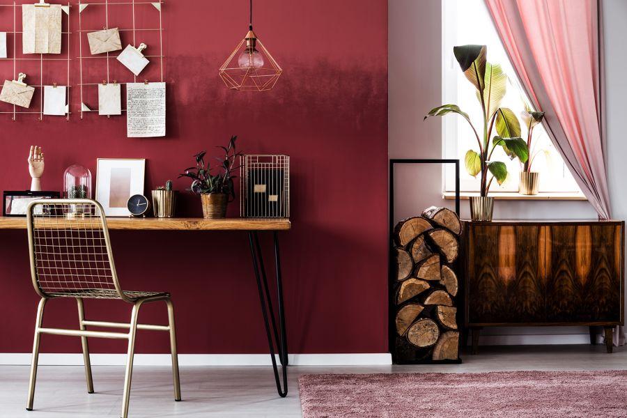 Zona de trabajo con pared en rojo marsala