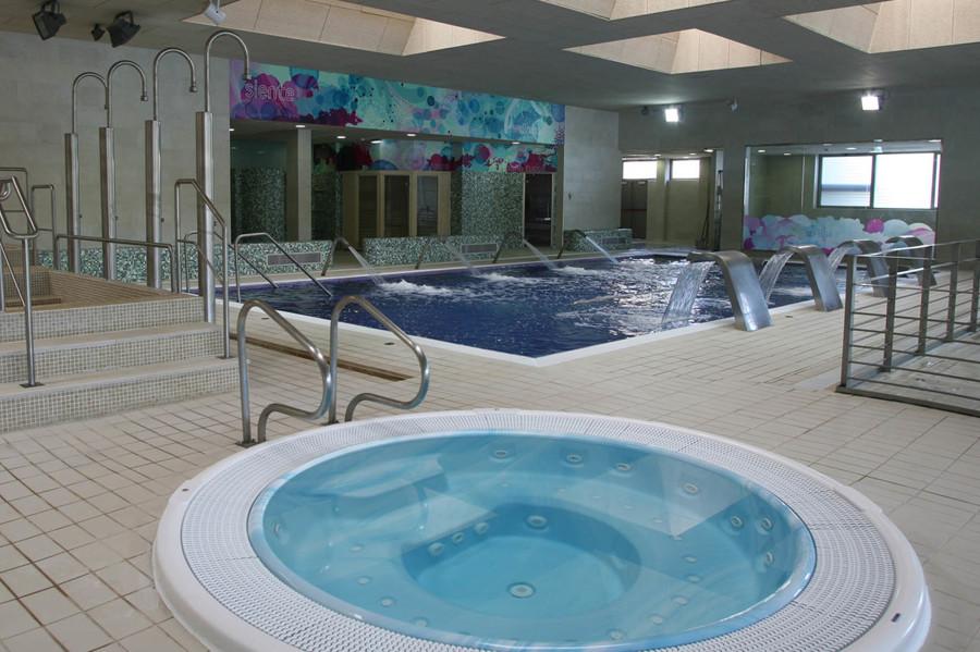 Foto zona jacuzzi y piscina climatizada de servicios y - Piscinas interiores climatizadas ...