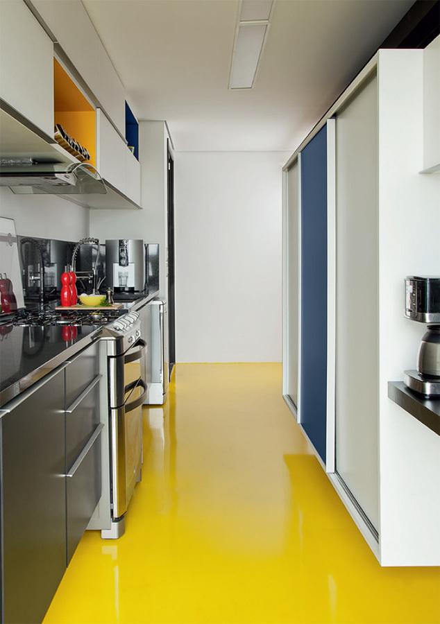cocina con suelo resina amarilla
