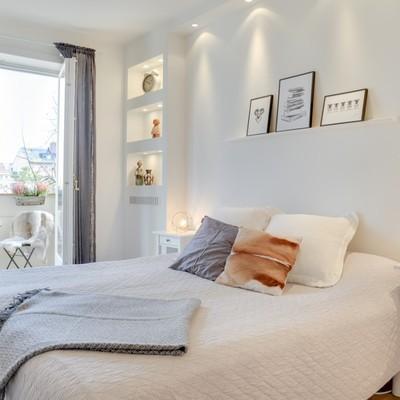 Un piso que utiliza hornacinas modernas para aprovechar el espacio