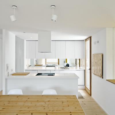 Una casa de espacios abiertos donde reina el blanco