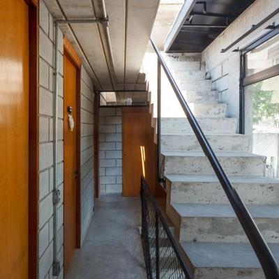 Escalera hormigón puertas madera