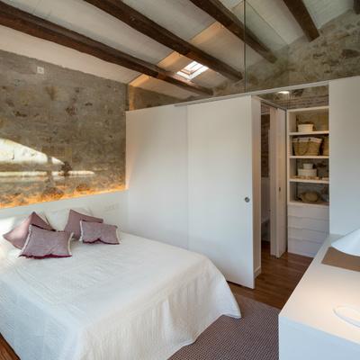 habitación con pared de piedra