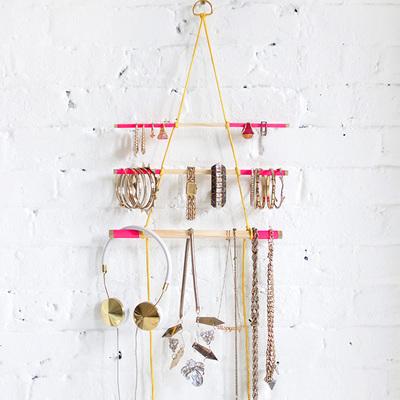 ¡Crea tu propio colgador de pared y organiza tus collares y pendientes!