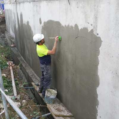 Aplicación membrana de poliurea en caliente, trasdós de muro. Obra en Sotogrande, Taylor Wimpey.