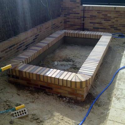 Solado Patio Interior y Realización De Jardineras