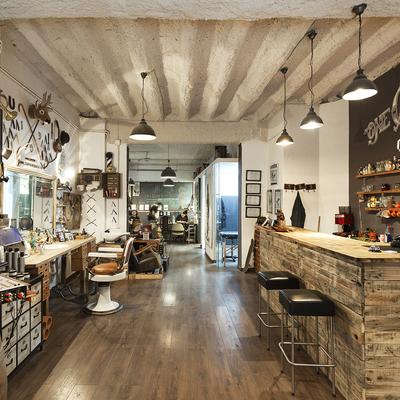 Todo en uno: galería de arte, peluquería y salón de tatuajes