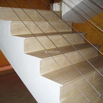 Escalera con Peldaños Porcelánicos