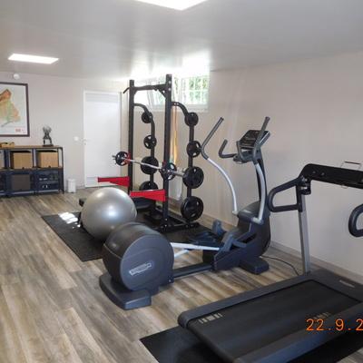 Reforma de garaje para transformarlo en gimnasio con spa y sauna.