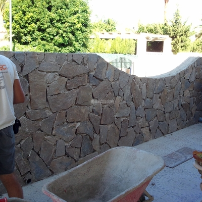 Construcción de muro exterior en vivienda unifamiliar