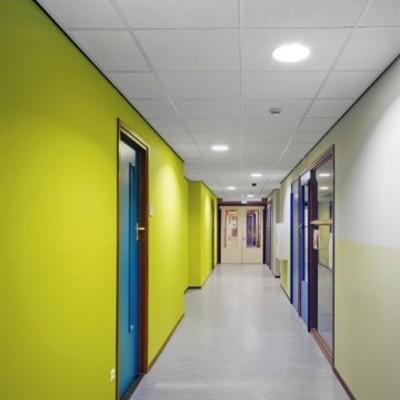 """Reforma en un aula de una escuela """"Un techo estándar, una acústica óptima"""""""