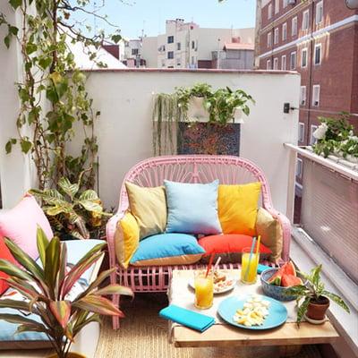 balcón con sillón de ratán