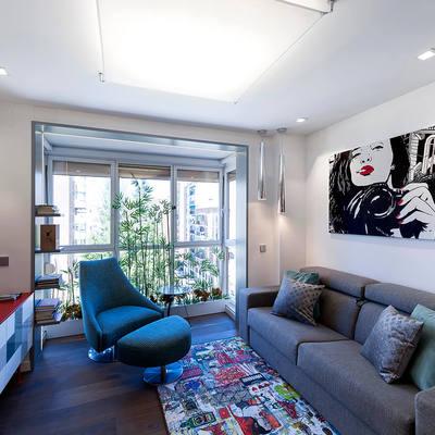 Salón abierto con mobiliario lineal