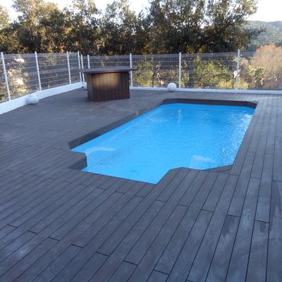Tarima encapsulada en piscina Dosrius