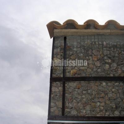 Construcción De Fachada Modernista De Piedra Y Metal