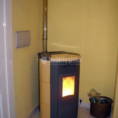 Estufa de pellets instalada en vivienda de dos plantas en Burgos MODELO CIRCLE 12 cerámica miel