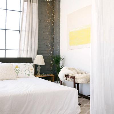 Dormitorio con cortina