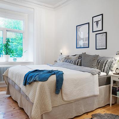 Dormitorio con cuadros asimétricos