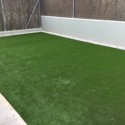 Instalación césped artificial sobre suelo de tierra Modelo Golden Class.