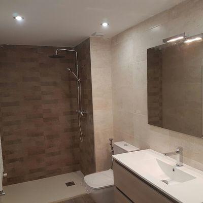 Reforma de cuarto de baño con instalaciones nuevas en Granada