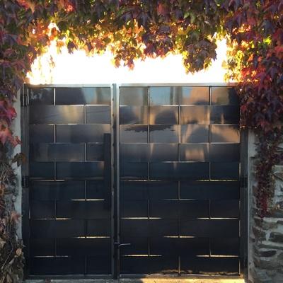 Puerta de acceso de chapa trenzada, Segovia