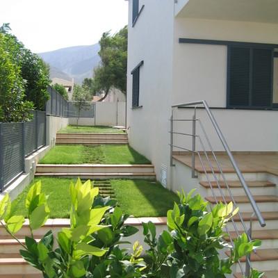 Acceso al jardín