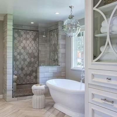 Alicatado de baño a 2 colores con plato de ducha de manposteria estilo sevillano.