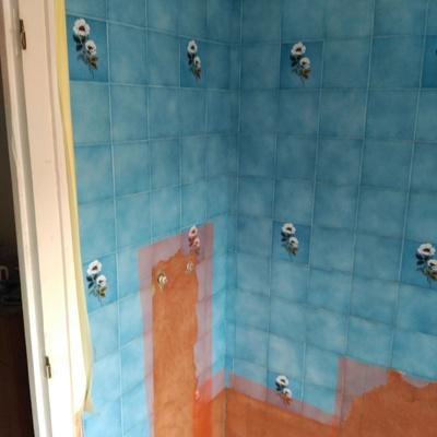 revestido de cemento decorativo cement design sobre azulejo de baño