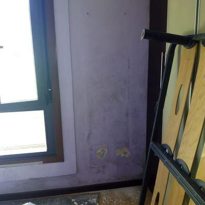 Pintura y arreglo de pared en mal estado.