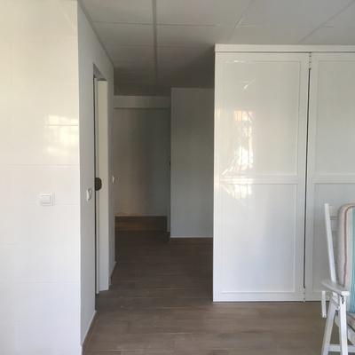 Transformación de cochera en apartamento con baño, cocina, salón y dos dormitorios