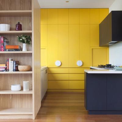 Armario a medida con puerta integrada color amarillo minion