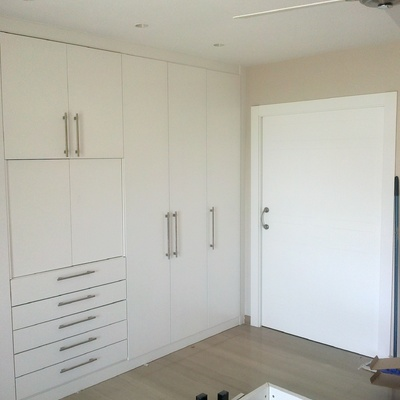 Armario con puertas abatibles lacadas en Blanco